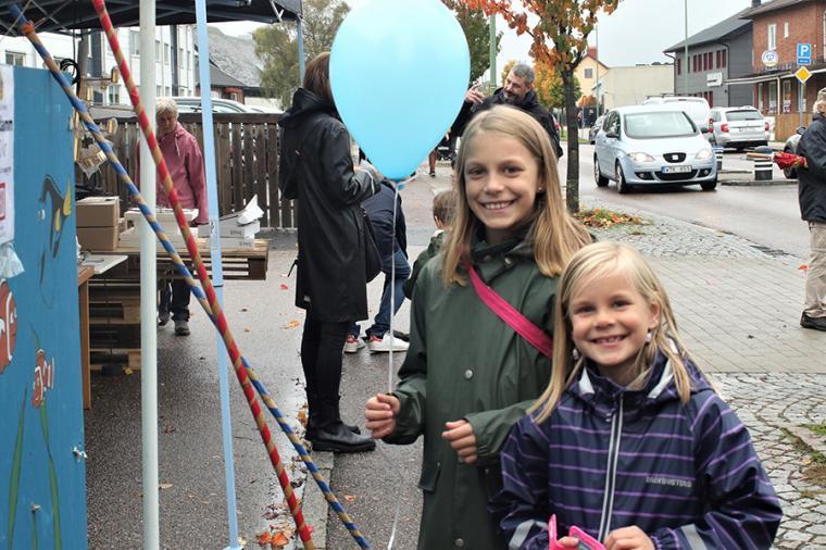"""""""Det är kul att vara på Höstmarknaden. Det gör inget att det regnar"""", säger systrarna Julia och Ella Nyth."""
