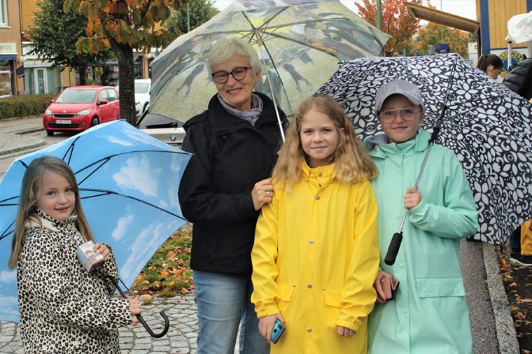 En färggrann kvartett. Farmor Ingela Hagberg från Sävedalen besökte Höstmarknaden tillsammans med barnbarnen Wilma, Estrid och Elin.