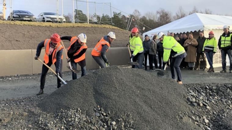 Rekordmånga företag vill etablera sig i Härryda kommun i år. Här tas ett första spadtag för nybyggnation i en av kommunens företagsparker.
