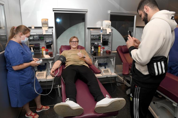 Räddar bollar och räddar liv; Sävehofmålvakten Simon Möller på britsen i blodmobilen under måndagskvällen.