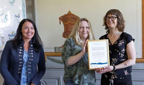 Förskolepedagogerna Heidi Sjövold och Ulrika Jelvestam tog emot årets hälsopris som delades ut av kommunstyrelsens och folkhälsorådets ordförande Marith Hesse (M).