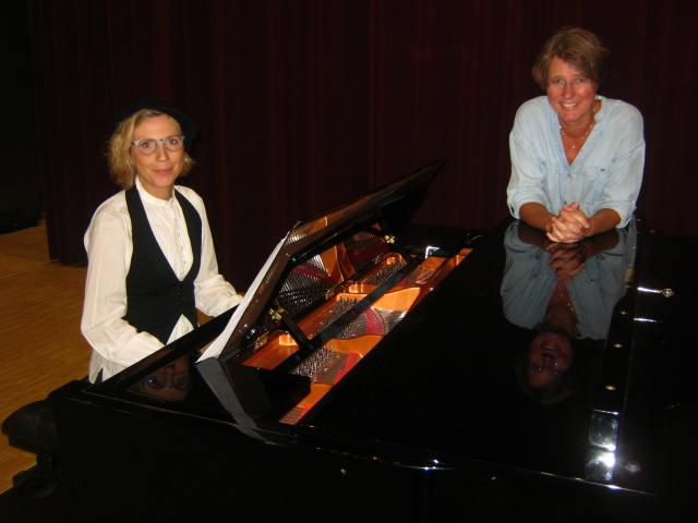 Josefine Domargård och Anna-Maria Martén vid pianot.