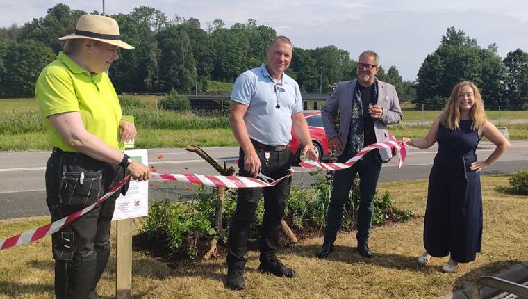 Representanter från Ica Kvantum, Lerums kommun och Hermods Trädgårdsmästarutbildning inviger \